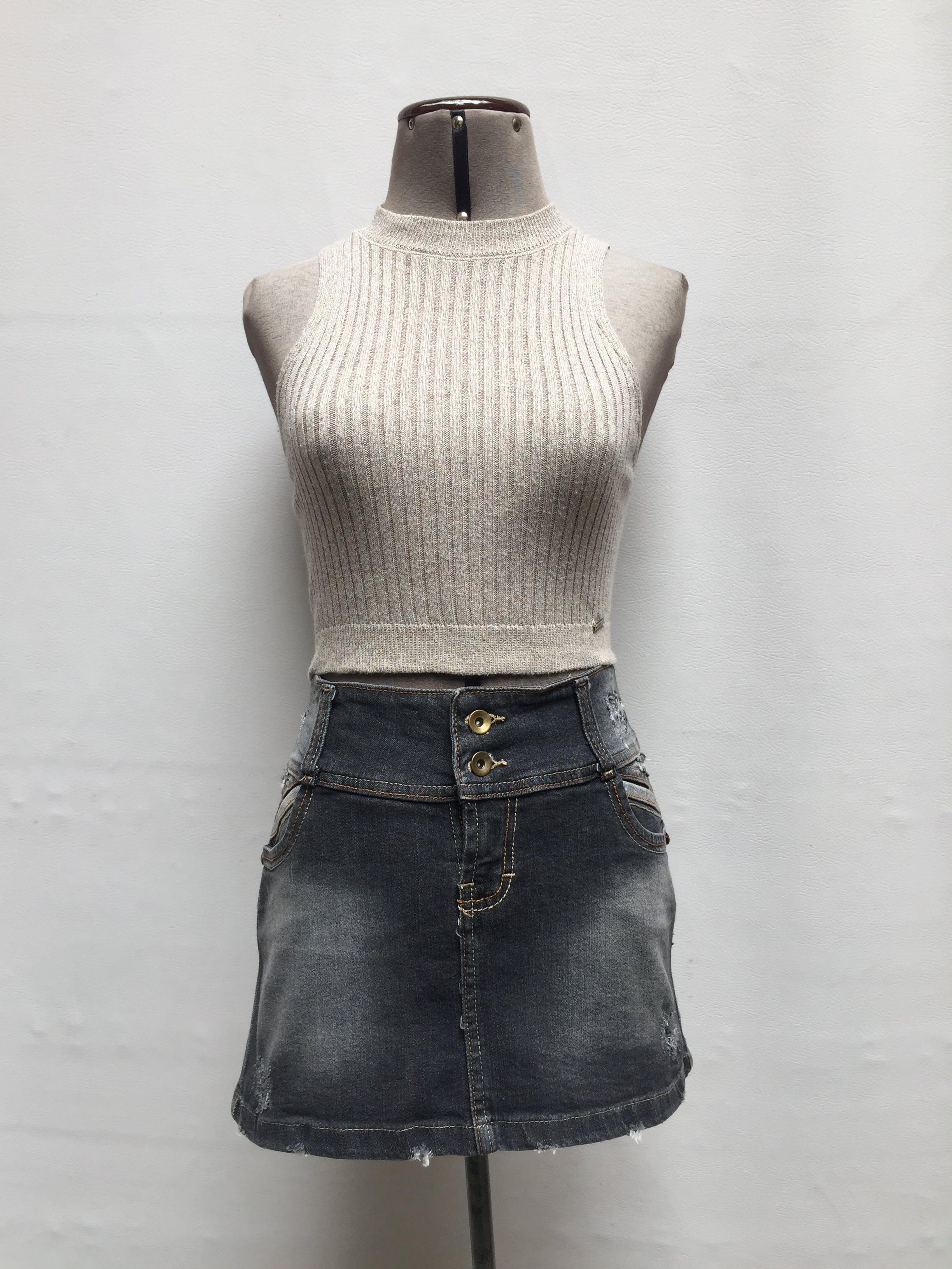Falda mini de Denim gris oscuro focalizado con rasgados, en bolsillos laterales y botones Talla M